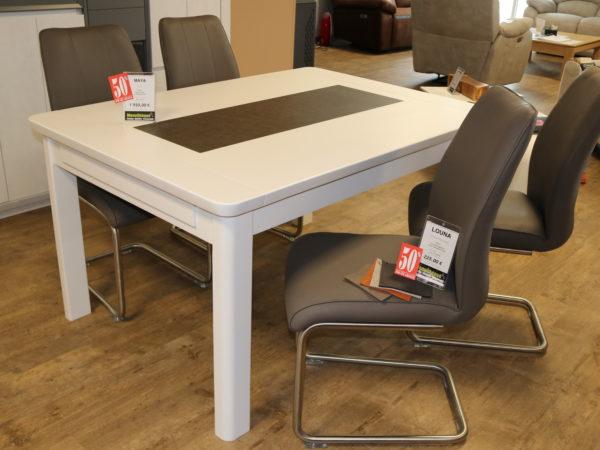 Table MAYA Blanc laqué & céramique grise 140x100 1950€ -50% + 4 chaises LOUNA 225€ -50%